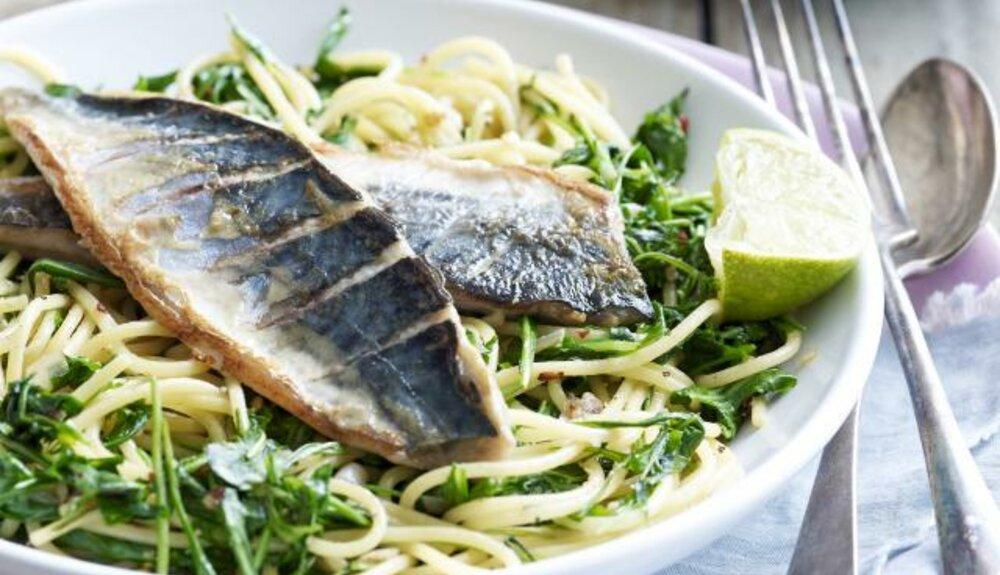 Fettucini aglio e oglio met geschroeide makreel en rucola